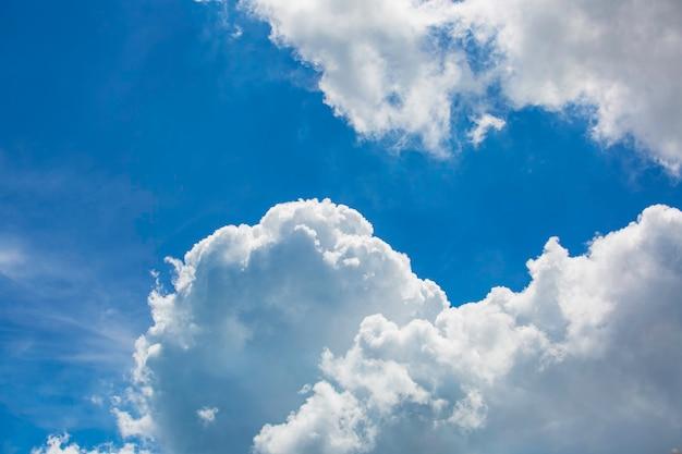 Chmury na niebieskim niebie w słońcu