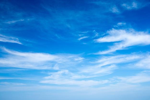 Chmury na niebieskim niebie