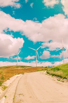 Chmury nad drogami i turbinami wiatrowymi