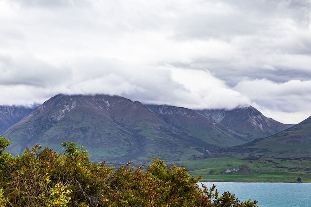Chmury nad górami i jeziorem queenstown w okolicy nowa zelandia
