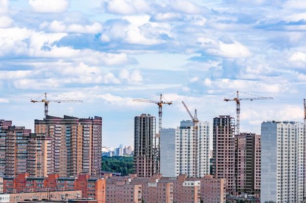 Chmury nad nowoczesnymi budynkami