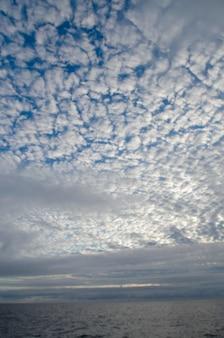 Chmury nad pacyficznym oceanem, san cristobal wyspa, galapagos wyspy, ekwador
