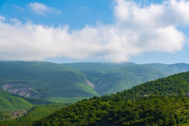 Chmury nad zielonym krajobrazem gór