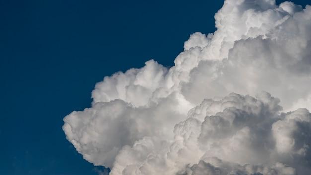 Chmury niesione na niebie