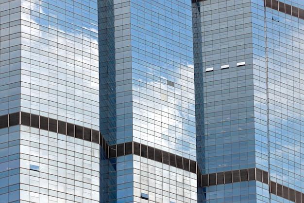 Chmury odzwierciedlenie w windows of modern office building