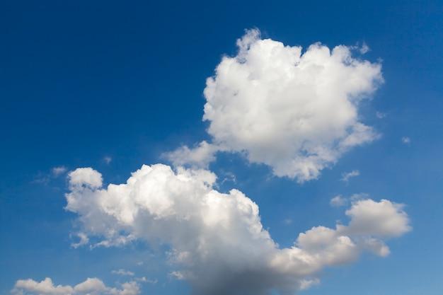 Chmury sfotografowane na biało są na błękitnym niebie