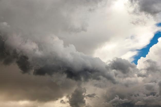 Chmury sfotografowane na niebie. mała głębia ostrości
