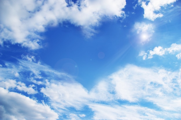 Chmury tworzące serce na niebie