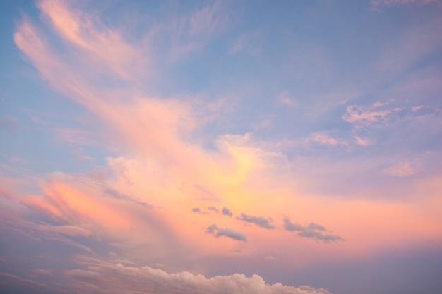 Chmury w błękitne niebo w pogodny dzień
