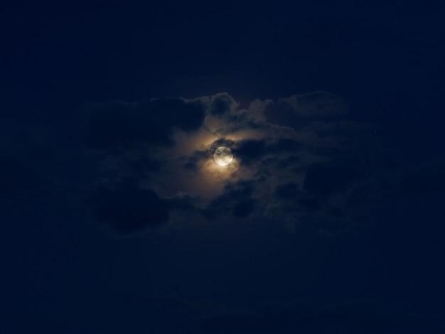 Chmury w świetle księżyca z pełni księżyca.