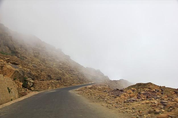 Chmury w wiosce tawila w górach, jemen