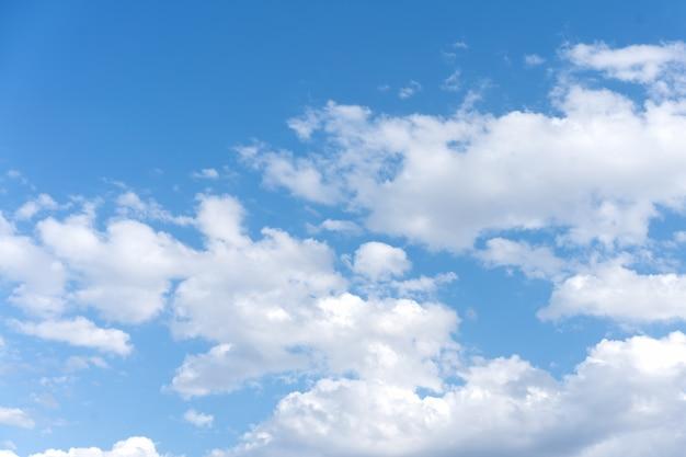 Chmury z niebieskim niebem
