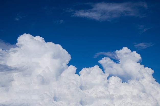 Chmury z niebieskim tle nieba.