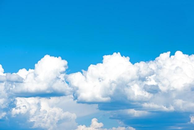 Chmury zachmurzone niebo błękitne lub lazurowe niebo jasne w ciągu dnia lato. wszystko, co znajduje się ponad atmosferą powierzchniową, przestrzeń kosmiczna jest niebem. chmura to aerozol zawierający widoczną masę kropelek cieczy zamarzniętych w powietrzu.
