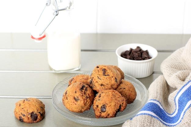 Chocolate chip cookies ball tło z miejsca kopiowania na szarym drewnianym stole. domowa przekąska dla dzieci. wybrany fokus