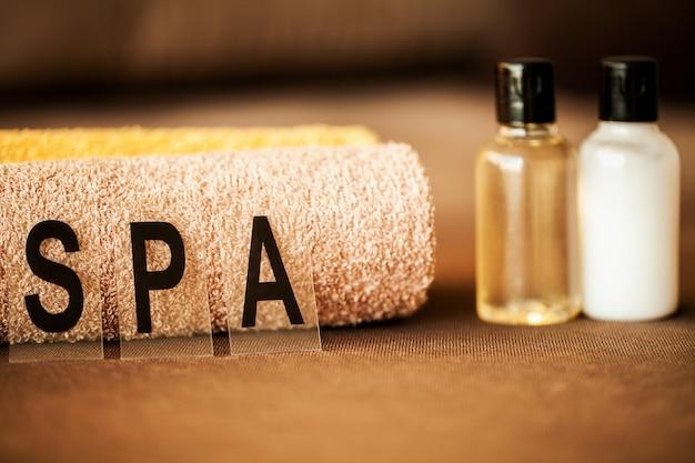 Chocolate spa. skład brązowy ręcznik w pokoju hotelowym leczenia uzdrowiskowego