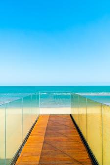 Chodnik i schody z widokiem na morze ocean