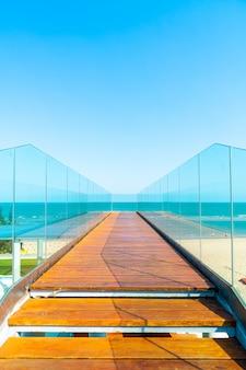 Chodnik i schody z widokiem na morze punkt oceanu tle