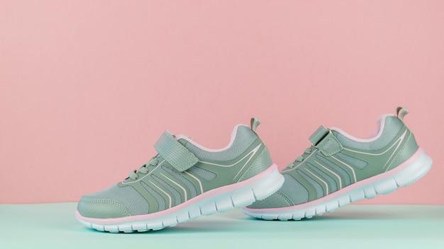 Chodzące trampki damskie na różowym i niebieskim tle. buty sportowe.