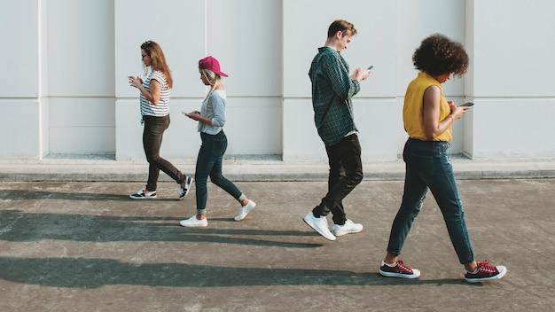 Chodzący ludzie zachowujący odległość, aby chronić się przed wirusami covid-19 tapeta