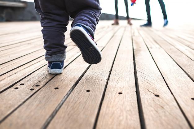 Chodzenie chłopca widziane z ziemi