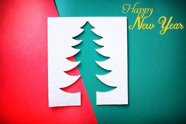 Choinka cięcia papieru projekt karty papercraft. kolor biały, czerwony i zielony