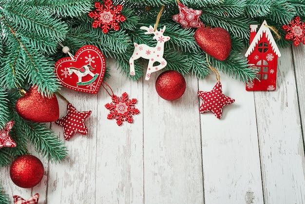 Choinka czerwone zabawki tło. wesołych świąt bożego narodzenia tło karty z pozdrowieniami