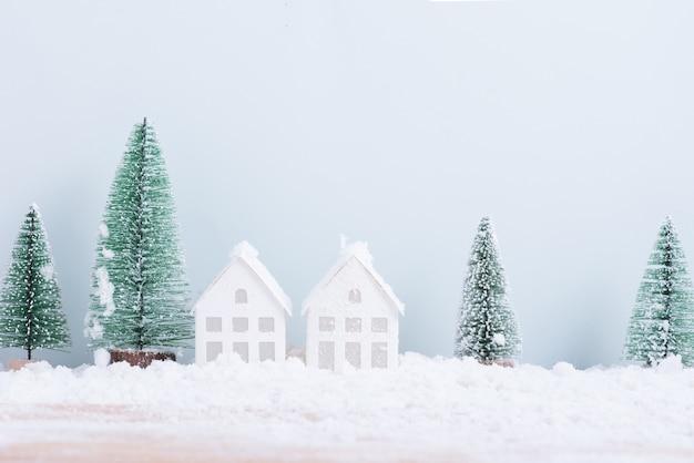 Choinka i dom ze śniegiem mróz pola naturalnego tła krajobrazu na świętowanie i szczęśliwego nowego roku.