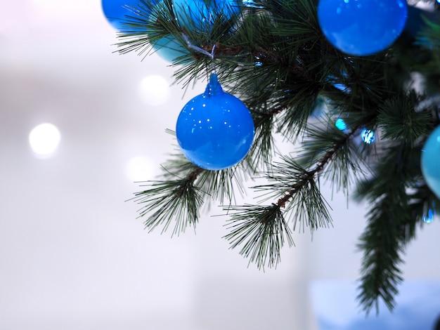 Choinka i niebieskie piłki dekorować chrismas przyjęcia i szczęśliwego nowego roku tła