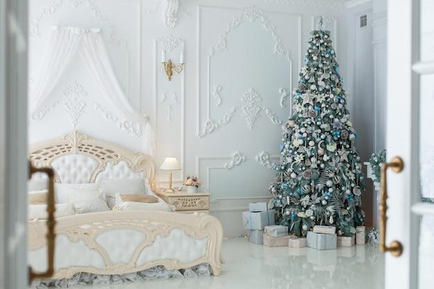 Choinka i prezenty w sypialni w stylu rokoko.