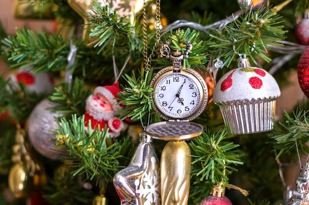Choinka jodła z zegarem, wigilia, nowy rok.
