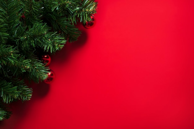 Choinka na czerwonym tle z miejsca na kopię
