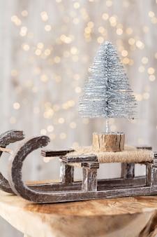 Choinka na drewnianym, bokeh tle. koncepcja obchody święta bożego narodzenia. kartka z życzeniami.