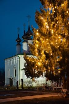 Choinka na tle dekoracji świątecznych kościoła
