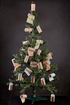 Choinka noworoczna ozdobiona pustymi rolkami papieru toaletowego.
