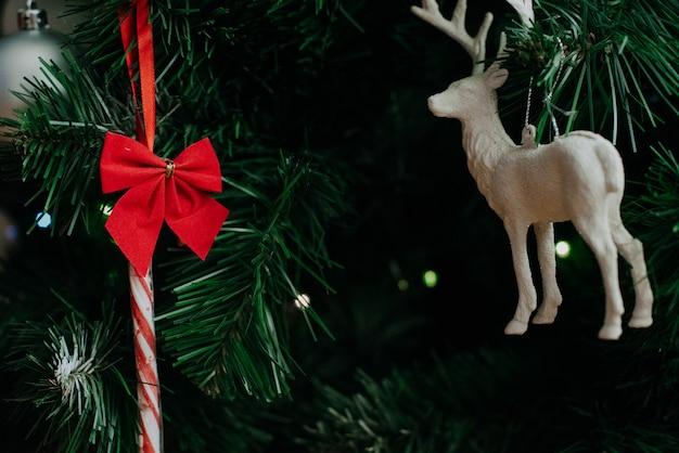 Choinka ozdobiona girlandą i świątecznymi zabawkami. ścieśniać.