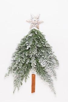 Choinka płasko leżała na białym tle. koncepcja nowego roku. skopiuj miejsce. leżał na płasko. widok z góry.