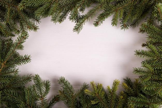 Choinka rozgałęzia się w formie ramy na białym, bożym narodzeniu, kartka z pozdrowieniami copyspace.