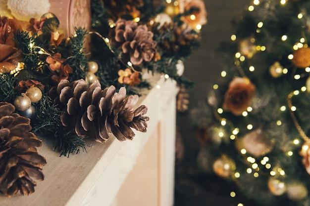Choinka w tle szczegóły zdobionych noworocznych szyszek choinkowych zabawek światła
