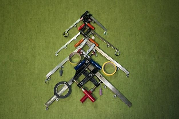 Choinka wykonana z narzędzi