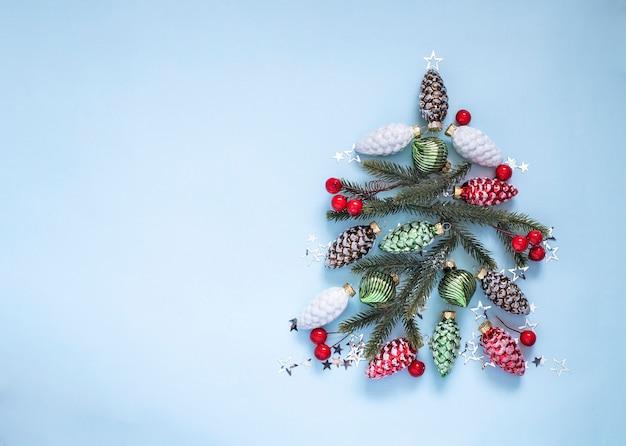 Choinka wykonana z ozdób choinkowych koncepcja kartki świąteczne