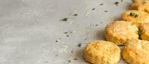 Choinka wykonana z pikantnych ciastek serowych lub bułeczek z tymiankiem i serem