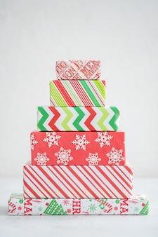 Choinka wykonana z pudełek prezentowych. alternatywna choinka