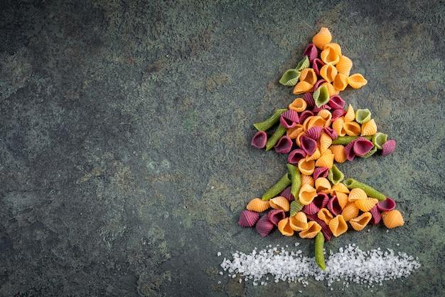Choinka wykonana z surowego, kolorowego makaronu