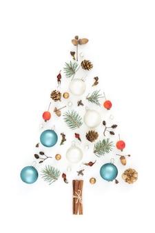 Choinka wykonana z zielonych rzeczy, ozdoby świąteczne na białym tle