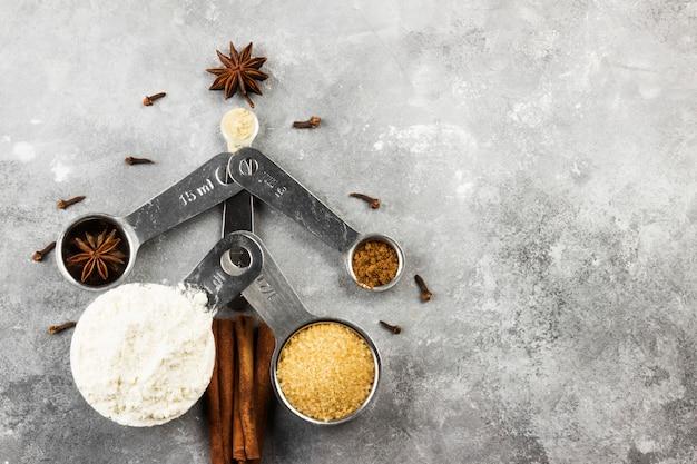 Choinka wykonana ze składników na świąteczne ciasteczka na szarej powierzchni