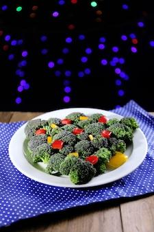 Choinka z brokułów na stole na ciemnym tle