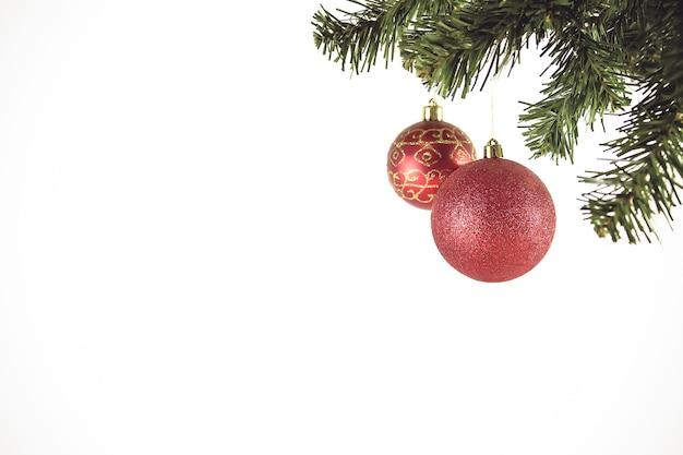 Choinka z czerwonymi dekoracjami. na boże narodzenie i szczęśliwego nowego roku 2021. nagłówek i okładka.