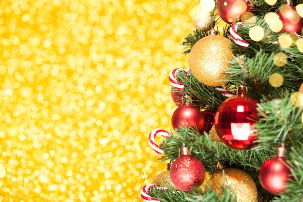 Choinka z dekoracją na błyszczącej złotej powierzchni