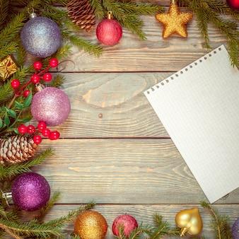 Choinka z dekoracją na drewnianej desce. świąteczna zabawka. nowy rok. arkusz z gratulacjami.